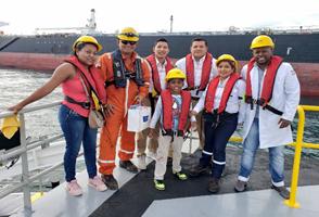Saen Quiñónez junto a su Madre, su Médico y Oficiales del BT AZTEC