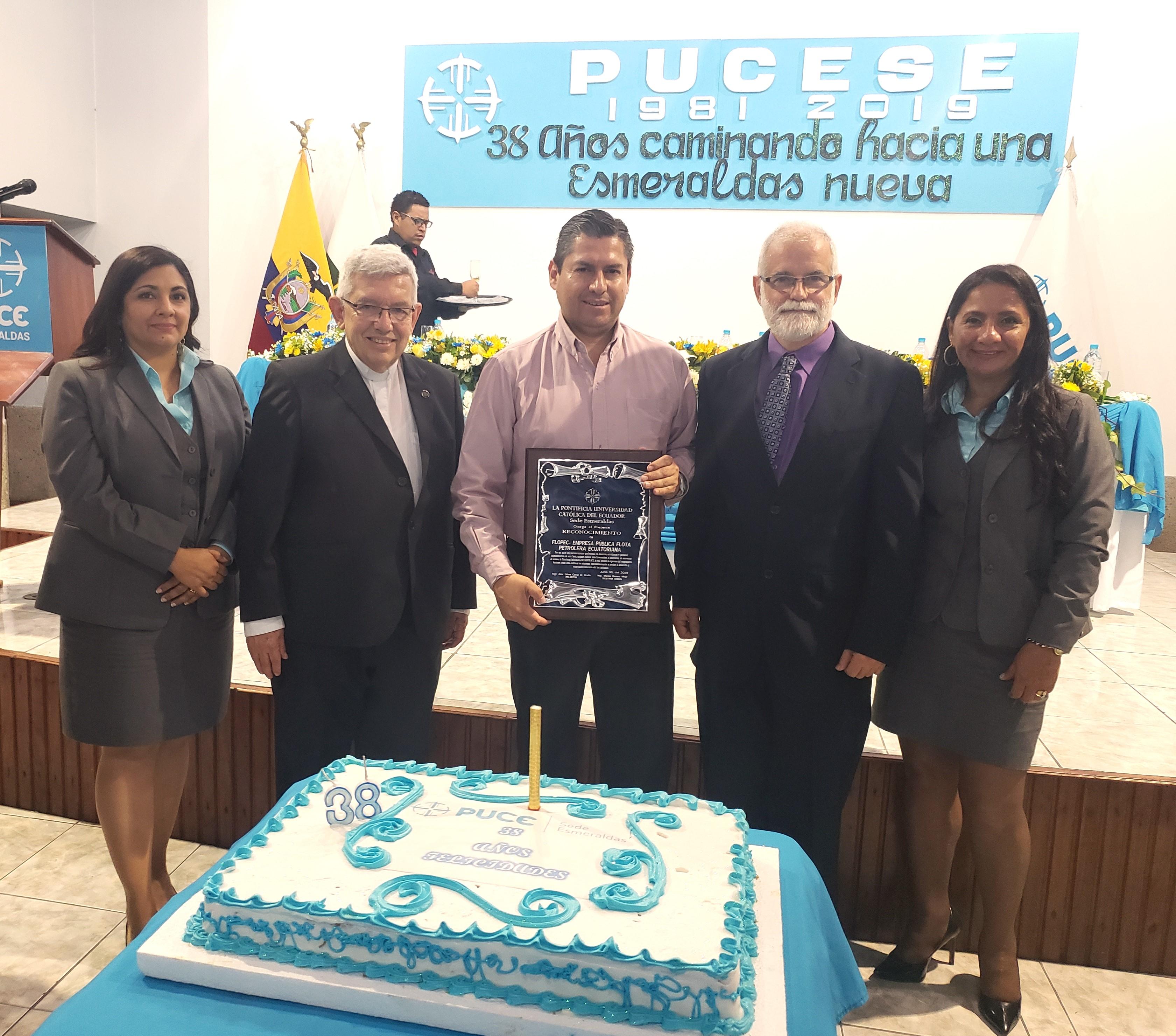 Foto: Gerente de Talento Humanode FLOPEC, junto a Dr. Fernando Barredo Heinert, Vicerrector de la PUCE y Lic. Aitor Urbina. Mgs, Pro Rector de la PUCESE